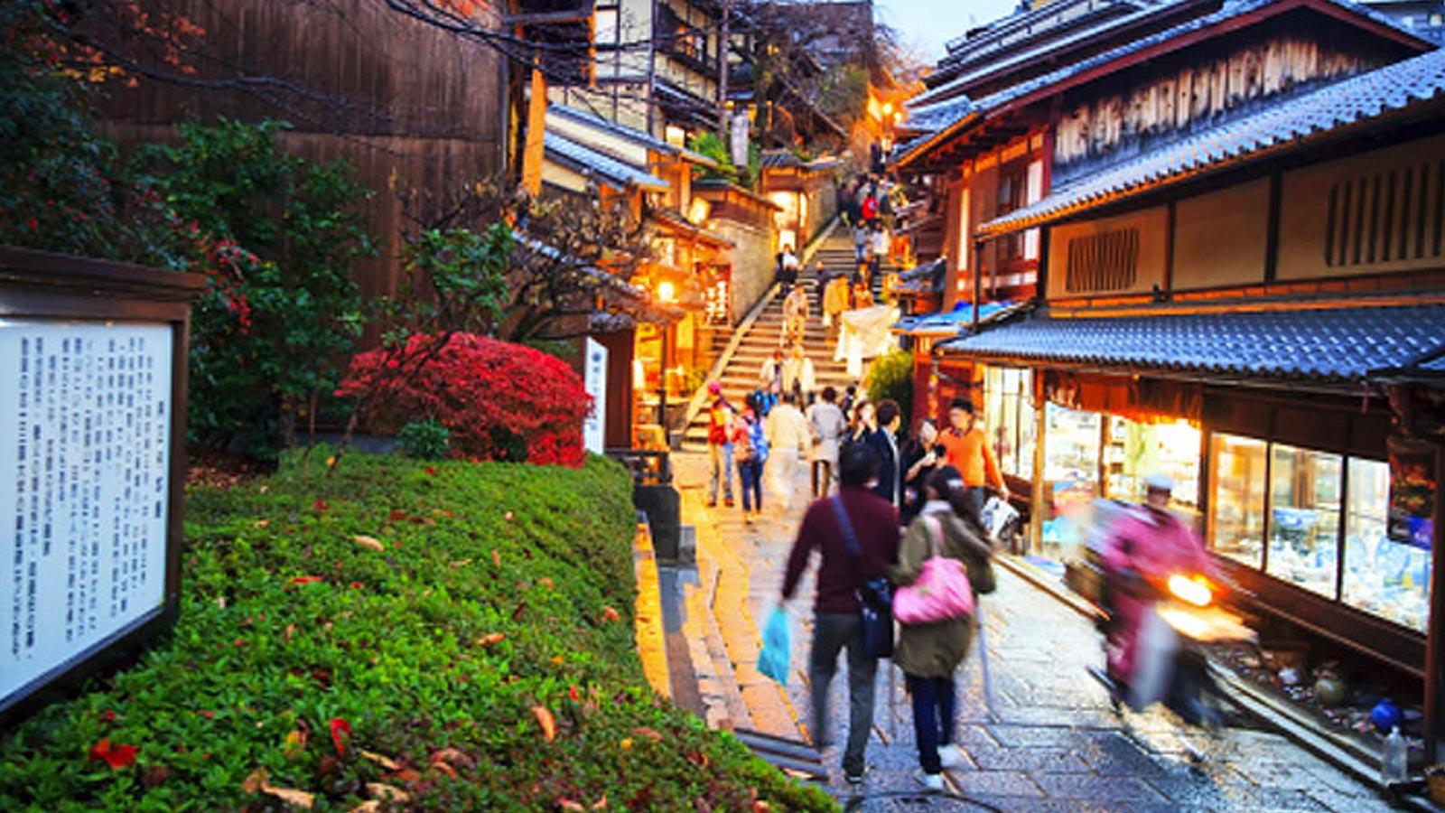 Scene of people walking down street in Japan